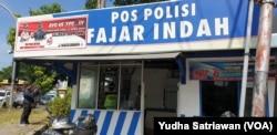 Pos Polisi di Solo yang terbakar sedang diperbaiki, Jumat, 24 Mei 2019. (Foto: Yudha Satriawan/VOA)