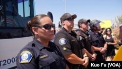 警方在大巴前一字摆开(美国之音国符拍摄)
