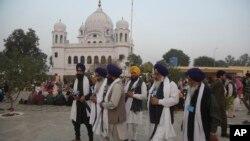 Jemaah Sikh India mengunjungi kuil pemimpin spiritual mereka, Guru Nanak Dev di Kartarpur, Pakistan, 28 November 2018. (Foto: dok).