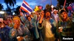 Đoàn biểu tình chống chính phủ chặn con đường bên ngoài Bộ Nội vụ ở Bangkok, Thái Lan, 26/11/13