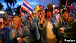 11月26日泰國反政府抗議者穿著雨衣佔領了曼谷的道路。
