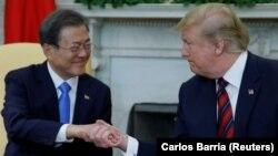 Mun Džae In i Donald Tramp tokom susreta u Ovalnoj sobi (Foto: Rojters/Carlos Barria