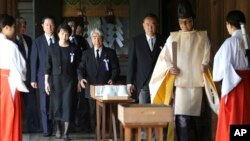 日本官員2014年8月15日參拜了供奉著14名二戰甲級戰犯的靖國神社資料。此等行動令日本與中韓關係難以改善。