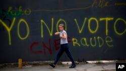 """El gobierno interino que lidera Juan Guaidó sostiene que convocará elecciones una vez que cese """"la usurpación"""", pero el presidente en disputa, Nicolás Maduro, dice que las elecciones se efectuaron en mayo de 2018 y rechaza la agenda opositora que tilda de """"golpista""""."""