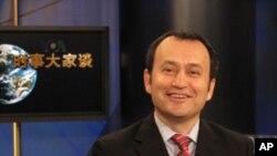 主持人的世界維吾爾人代表大會的主持人阿里木.赛依托夫