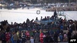 Иммигранты в порту итальянского острова Лампедуза