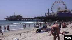 Santa Monica Pier is 25 km from downtown Los Angeles. It is a place frequented by locals and tourists alike. (E. Lee/VOA)