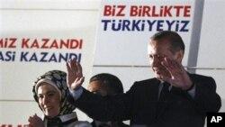 土耳其总理埃尔多安周日晚在安卡拉向支持者挥手