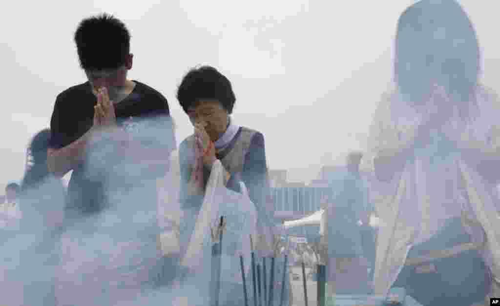 6일 일본 히로시마 평화 기념공원에서 주민들이 원자폭탄 희생자들을 추모하고 있다.