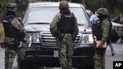 Tras el ataque, fuerzas militares han acudido al lugar de los hechos, donde se encontraba el vehículo tiroteado por los desconocidos atacantes.