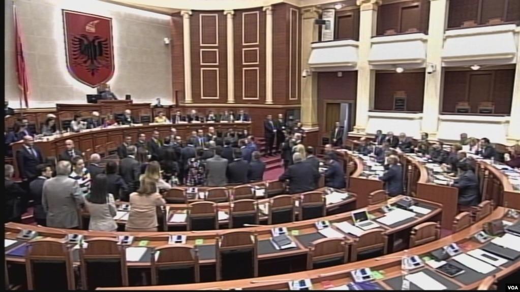 Tensione në parlament, përjashtohet Basha