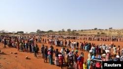 Ljudi čekaju u redu za pomoć u hrani za vreme širenja Kovida 19 u pregrađu Pretorije u Južnoj Africi, 20. maja 2020.