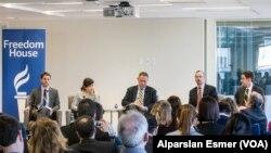 Washington'da Özgürlük Evi, Ulusal Demokrasi Vakfı ve Açık Toplum Enstitüsü'nün ortak düzenlediği ve Türkiye'yle Azerbaycan'daki medya ve ifade özgürlüğünün değerlendirildiği toplantının konuşmacıları, (soldan sağa) Nate Schenkkan, Arzu Geybullayeva, Martins Zvaners, Jeff Goldstein, Richard Kraemer