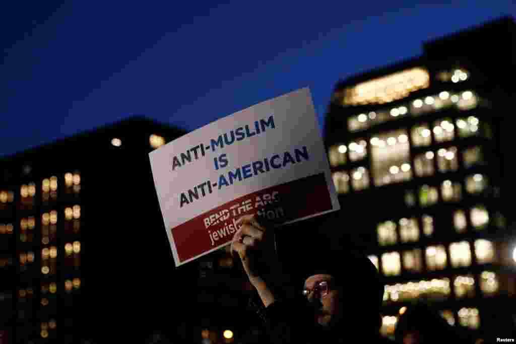 В четверг 26 января Дональд Трамп подписал указ, который, по его словам, позволит «принять жесткие меры в отношении городов-убежищ», лишая их федеральных грантов. Города-убежища ограничивают содействие федеральным властям в их попытках арестовать или депортировать нелегальных иммигрантов. Сорок городов и 364 округа по всей стране считают себя местами для убежища.