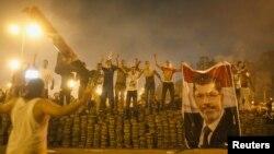 Para pendukung Presiden terguling Mohamed Morsi membuat barikade untuk memisahkan mereka dengan pasukan keamanan Mesir di Nasr City. Kairo timur (27/7).