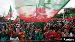 Pendukung Imran Khan, tokoh oposisi dan ketua partai politik Pakistan Tehreek-e-Insaf (PTI), menghadiri Pawai Kemerdekaan di Islamabad 16 Agustus 2014.