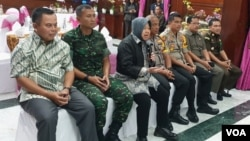 Walikota Surabaya Tri Rismaharini (tengah) bersama Forum Pimpinan Daerah Surabaya memberikan keterangan pers terkait kesiapan pelaksanaan Pemilu 2019 (foto VOA/Petrus Riski).