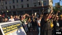 Không được vào sân trường nên đoàn biểu tình tụ họp trước cổng trên đường Bancroft. (Ảnh: Bùi Văn Phú)