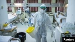 Arhiva - Zdravstveni radnici brinu o obolelima od koronavirusa, u Zemunskoj bolnici u Beogradu, 26. novembra 2020. (Foto: Ronters, Marko Đurica)