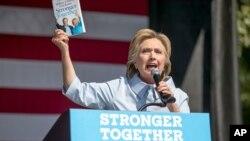 미국 민주당의 힐러리 클린턴 대선후보가 5일 오하이오주 클리블랜드 유세에서 연설하고 있다.