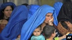 پاکستان موافقه کړې چې د ۲۰۱۵ کال پورې به ناقانونه افغان کډوالو ته د اوسېدو قانوني اسناد ورکوي