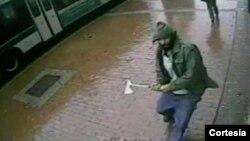 El atacante se prepara para atacar con un hacha al grupo de policías que posaban para una foto. [Foto cortesía de la Policía de Nueva York].