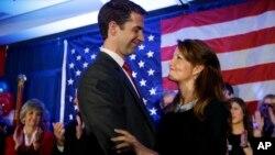 El senador electo Tom Cotton, republicano por Arkansas, abraza a su esposa Anna durante la celebración de su triunfo en North Little Rock, Arkansas. Cotton es el más joven de la nueva camada.