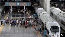 7月26日北京南站上的高速列车和乘客