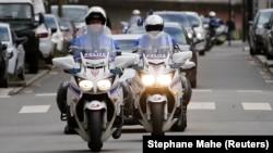 La police escorte les suspects du meurtre de la famille Troadec à Nantes en France le 6 mars 2016.