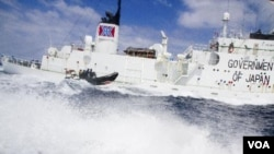 Perahu kecil dari Sea Shepherd, Steve Irwin, mendekati kapal penangkapan paus Shonan Maru #2 dekat Freemantle (8/1).