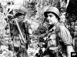 Ảnh tư liệu: Nhiếp ảnh gia AP Horst Faas đi cùng với các binh sĩ ở miền nam Việt nam.