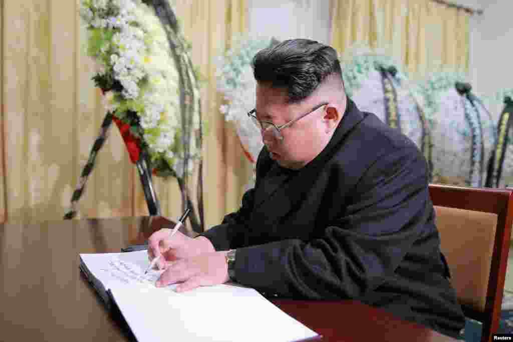 ادای احترام کیم جونگ - اون، رهبر کره شمالی، به فیدل کاسترو، رهبر سابق کوبا، در سفارت کوبا در پیونگ یانگ. از روز دو شنبه، کره شمالی وارد سه روز عزاداری شده است. در این عکس، کیم جونگ - اون یک کتاب تسلیت را در سفارت کوبا امضا میکند.