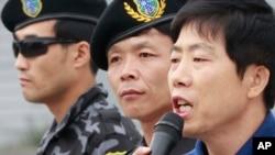 한국의 탈북자 단체 자유북한운동연합의 박상학 대표(맨 오른쪽)가 지난 9월 대북전단 살포에 앞서 발언하고 있다. (자료사진)