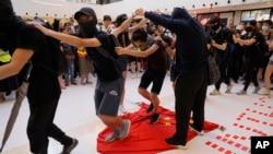 香港抗議者踩踏中國國旗。(2019年9月22日)