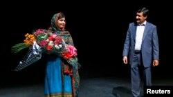 Malala Yousafzai junto a su padre luego de hablar sobre el Premio Nobel de la Paz que se le otorgó en la víspera del Día Internacional de la Niña.