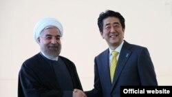 دیدار حسن روحانی رئیس جمهوری ایران (چپ) با شینزو آبه نخست وزیر ژاپن در حاشیه مجمع عمومی سازمان ملل متحد - ۱ مهر ۱۳۹۳۱۳۹۴