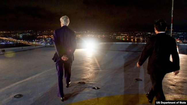 Ông Đinh La Thăng và Ngoại trưởng Mỹ John Kerry trên một tòa nhà ở TP HCM giữa năm 2016.