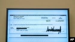 Cohen entrega cópia de cheque de Trump para pagar actriz pornográfica