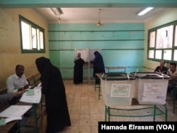 Some observers are cautioning a low turnout at the polls, based on low turnout during the 2014 presidential elections. Photo taken at polling station in Giza, Egypt, Oct. 18, 2015.