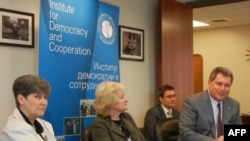 Ольга Молкина (крайняя слева), Алек Брук-Красный (крайний справа)