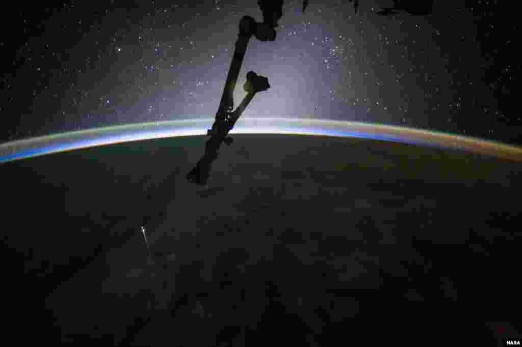 លោក Jack Fischer ដែលជាអាកាសយានិករបស់ណាសាថតផ្នែកមួយរបស់យាន SpaceX Dragon នៅពេលវាហោះចូលក្នុងបរិយាកាសផែនទីវិញ មុនពេលធ្លាក់ចូលទៅក្នុងមហាសមុទ្រប៉ាស៊ីហ្វិក កាលពីថ្ងៃទី៣ ខែកក្កដា ឆ្នាំ២០១៧។