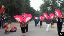 建党90年之际,中国政府组织各界大唱红歌。图为北京一公园进行红色表演的情景