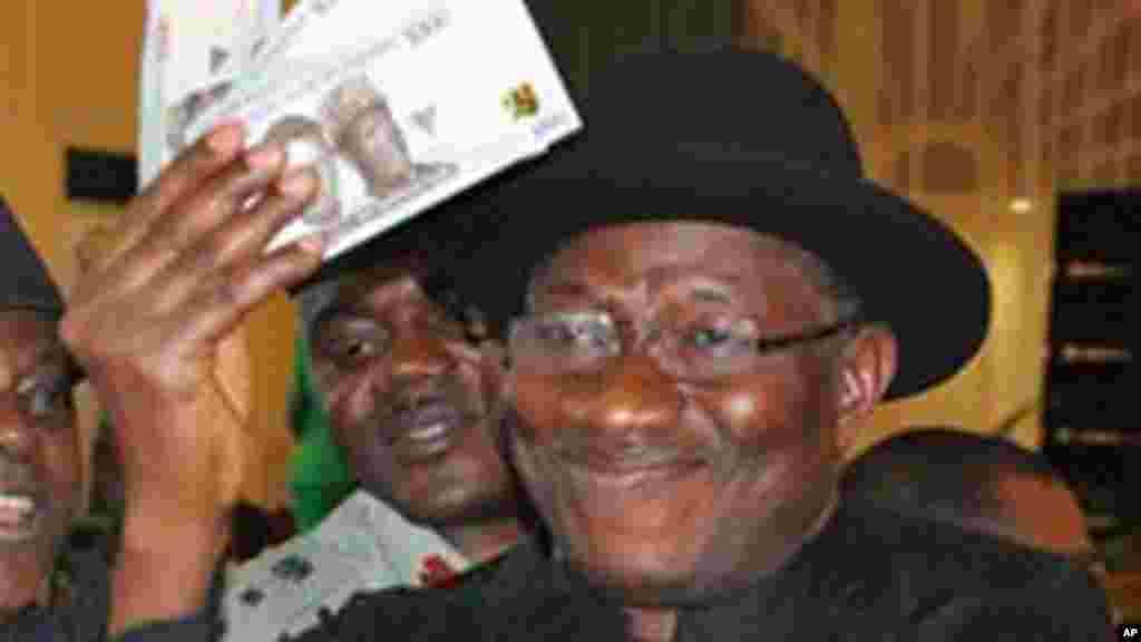 Shugaban Najeriya, Goodluck Jonathan, yayi amfani da katin shi a naurar Banki na dauki da kanka, 28 ga Agusta 2014.