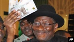 Shugaban Najeriya, Goodluck Jonathan, yayi amfani da katin shi a naurar Banki na dauki da kanka, 28. Ga Agusta 2014.