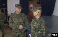 美國海軍陸戰隊准將肯尼迪(左)和菲律賓軍演指揮官瓦爾迪茲(右)將軍對軍演發表講話。(視頻截圖)