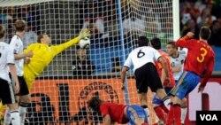 Carles Puyol ( nan mitan) make gòl viktwa a nan match Lespay/ Lalmay ki te dewoule jou mèkredi 7 jiyè 2010 la. (AP Photo/Martin Meissner)