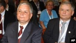 Lech Kaczynski (kiri) dan Jaroslaw Kaczynski, saudara kembar pernah menjabat sebagai Presiden dan PM Polandia (foto: dok). Saudara kembar identik memiliki DNA sama, besar kemungkinan memiliki keyakinan politik serupa.