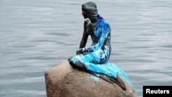 La Petite Sirène de Copenhague recouverte de peinture par acte de vandalisme, 14 juin 2017. Au cours des dernières décennies, la statue a été la cible de plusieurs dégradations. (Scanpix Danemark/Bax Lindhardt via REUTERS)