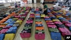 Polisi memeriksa 400 tas tiruan dari merk-merk ternama di Seoul, Korea Selatan (foto: ilustrasi).