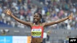 Beatrice Chepkoech célèbre sa victoire sur 3000m Steeple aux Mondiaux de Doha, Qatar, le 30 septembre 2019.